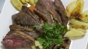 Picanha Fatiada. legumes cozidos e batatas