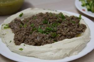 Humus com Tahine e outras opções: com grãos refogados, com carne, com cordeiro, com kebab...