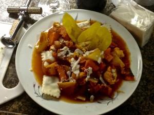 Ravioli de Vitela com legumes assados no molho de tomate, com banana frita e queijo de cabra.