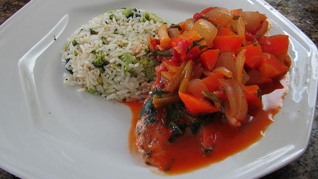 Posta de peixe cozido com arroz de brocolis