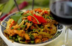 Frango a moda Schezuan ao curry com macarrão